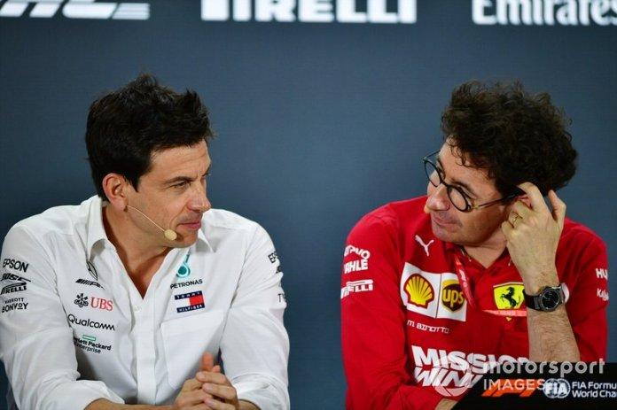 Toto Wolff, Director Ejecutivo, Mercedes AMG, y Mattia Binotto, director del equipo Ferrari
