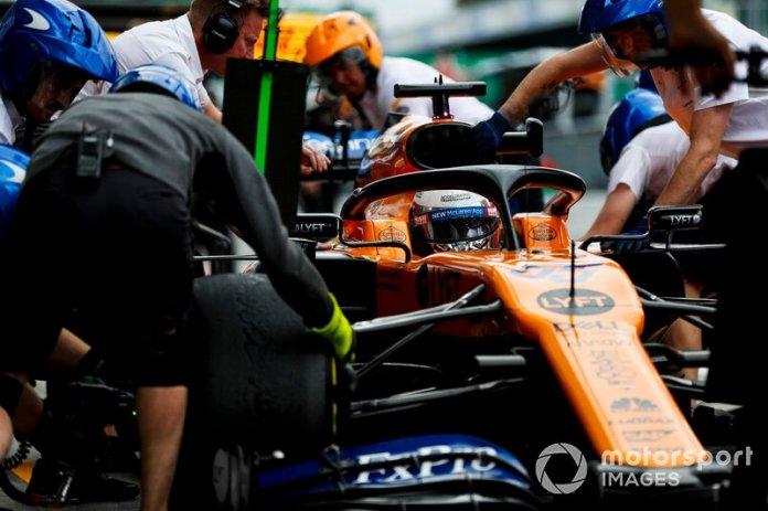 Carlos Sainz Jr., McLaren MCL34, hace una parada en boxes durante los entrenamientos