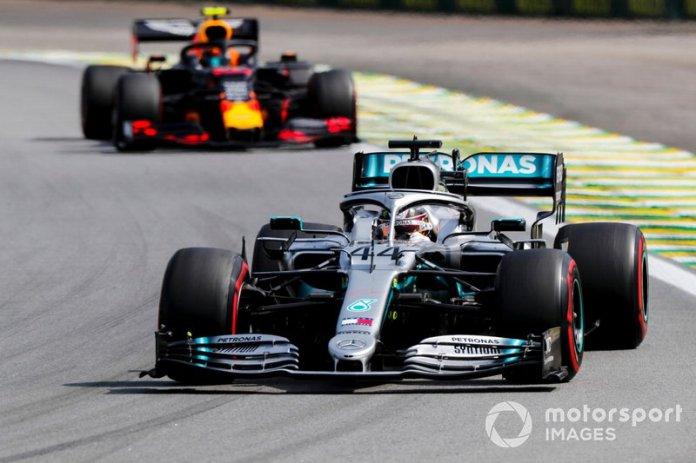 Hamilton toca a Albon y arruina su podio en la última vuelta
