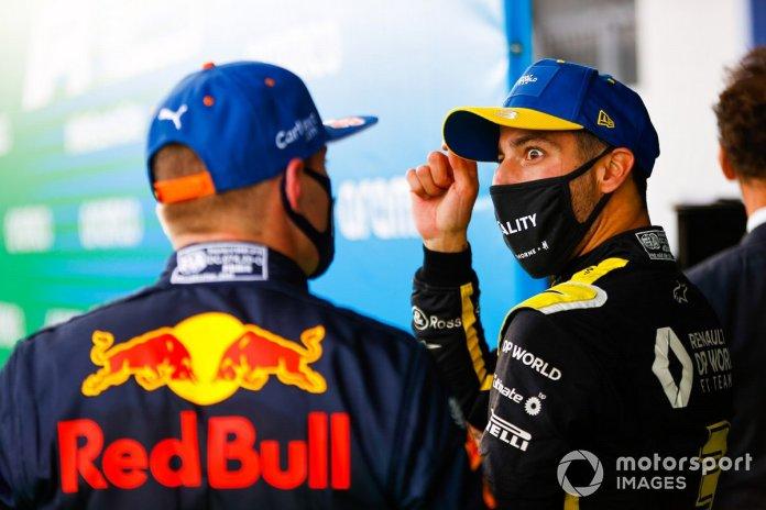 Max Verstappen, Red Bull Racing, 2ª posición, y Daniel Ricciardo, Renault F1, 3ª posición, en Parc Ferme