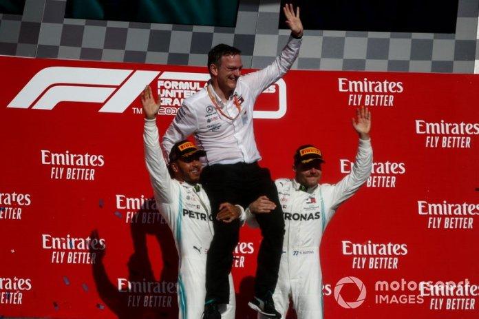 Lewis Hamilton, Mercedes AMG F1, 2ª posición, y Valtteri Bottas, Mercedes AMG F1, 1ª posición, izan a James Allison, Director Técnico, Mercedes AMG, sobre sus hombros en el podio