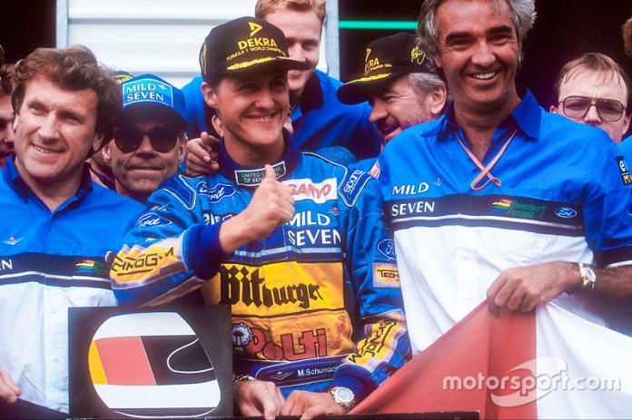 Le Champion du monde Michael Schumacher fête le titre avec l'équipe Benetton, Tom Walkinshaw et Flavio Briatore