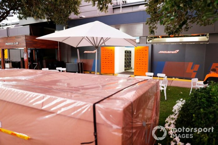 Cajones de embalaje fuera del garaje de McLaren en el paddock