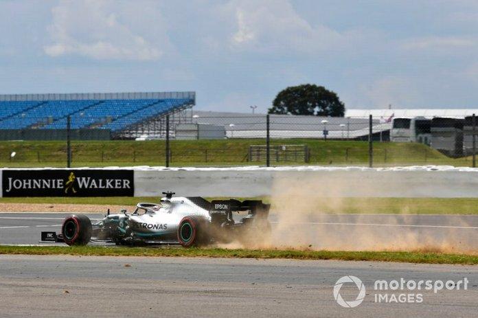 Lewis Hamilton, Mercedes AMG F1 W10, se sale de pista