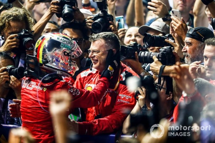 Il vincitore della gara Sebastian Vettel, Ferrari festeggia al Parc Ferme