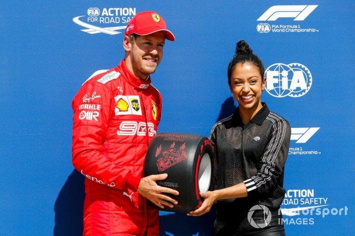Sebastian Vettel, de la actriz Liza Koshy, recibe el premio Pirelli Pole Position Award