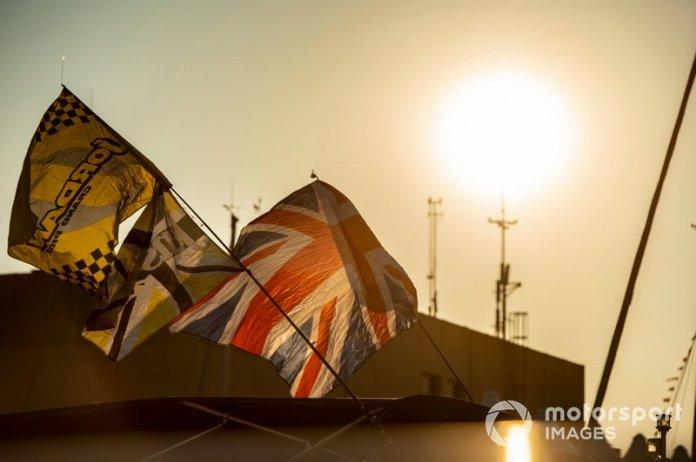 Banderas en el paddock