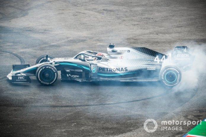 El ganador de la carrera Lewis Hamilton, Mercedes AMG F1 W10 realiza un donut