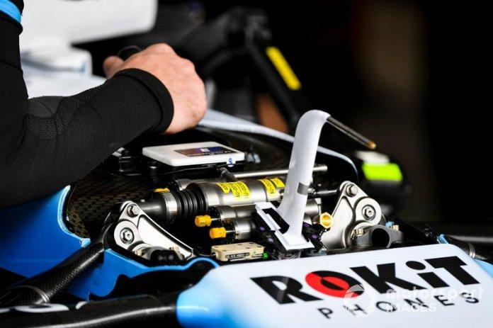 Un mecánico trabaja en la suspensión del Williams FW42