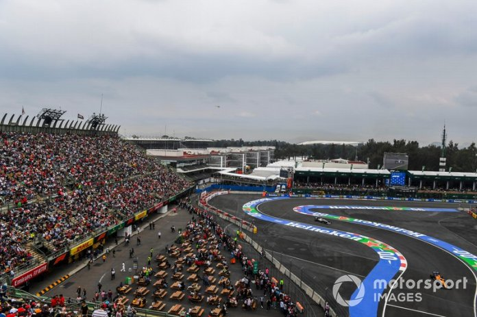 Carlos Sainz Jr., McLaren MCL34, Valtteri Bottas, Mercedes AMG W10