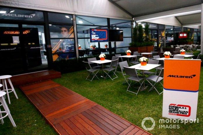 Fuera del área de hospitalidad de McLaren
