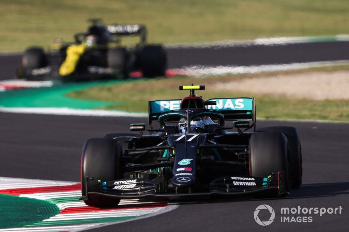 Valtteri Bottas, Mercedes F1 W11, Daniel Ricciardo, Renault F1 Team R.S.20