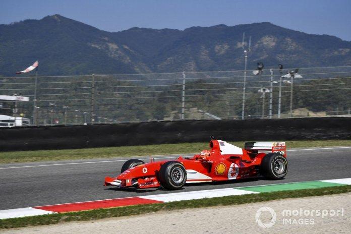 Mick Schumacher conduce el Ferrari F2004 con el que ganó el campeonato Michael Schumacher, en una carrera de demostración para celebrar el Gran Premio número 1000 de Ferrari