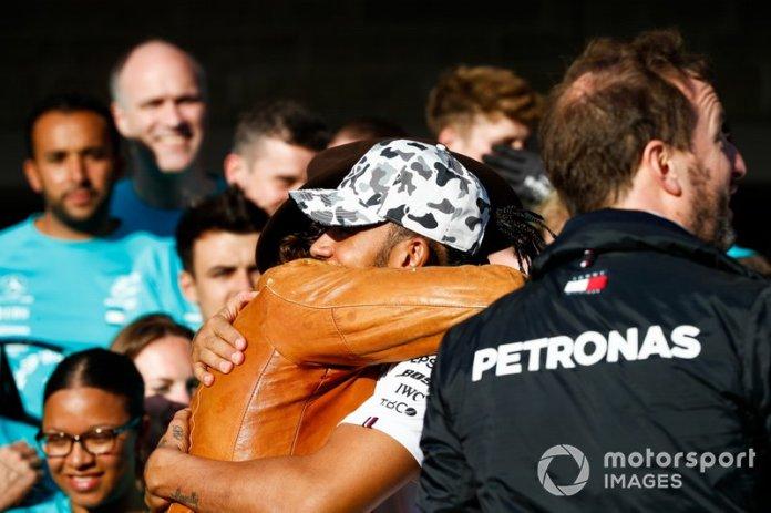 El actor y amigo Matthew McConaughtey felicita a Lewis Hamilton, Mercedes AMG F1, 2ª posición, por conseguir su sexto título mundial de pilotos.