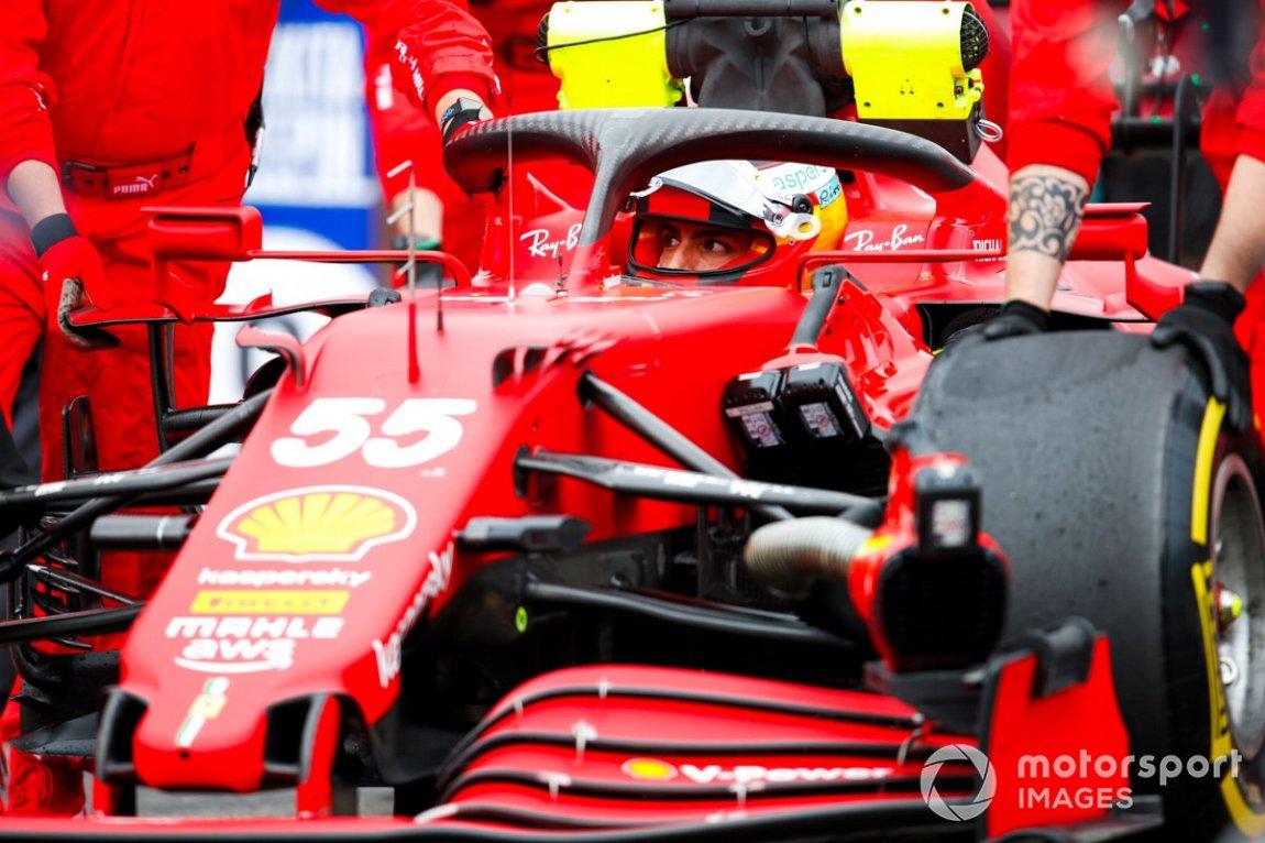 Carlos Sainz Jr., Ferrari SF21, on the starting grid