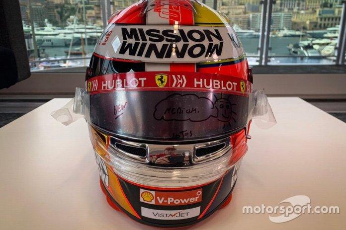 Casco de Charles Leclerc, Ferrari, para el GP de Mónaco