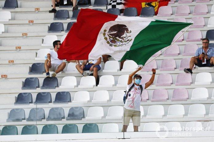 Un fanático de Sergio Pérez agita la bandera mexicana en una tribuna