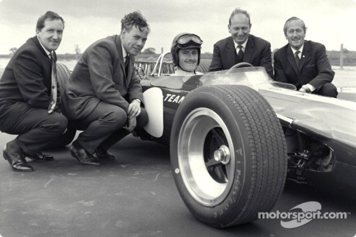 Estreno del Lotus 49 Ford: Maurice Phillippe (diseñador), Keith Duckworth (diseñador de motor), Graham Hill (piloto), Mike Costin (ingeniero de Cosworth), Colin Chapman (Fundador de Lotus)