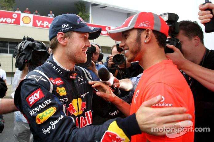 Sebastian Vettel recibe la felicitación de Lewis Hamilton tras conseguir su tercer título mundial, igualando los sumados por Ayrton Senna, tras un dramático Gran Premio de Brasil en 2012.