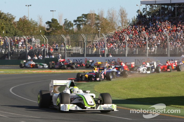 Largada: Jenson Button, Brawn GP, lidera el pelotón