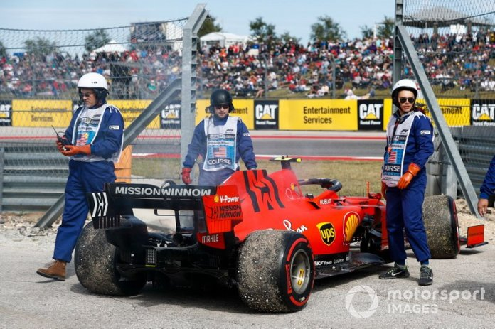 Charles Leclerc, Ferrari SF90 detenido en pista por problemas con el motor