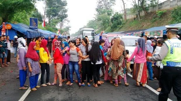 Pedagang Protes Pembongkaran Lapak di Rest Area Citarum