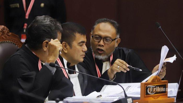 Ketua Tim Hukum Tim Badan Pemenangan Nasional (BPN), Bambang Widjojanto (kanan) menghadiri sidang sengketa hasil Pemilihan Presiden (Pilpres) 2019 di Gedung Mahkamah Konstitusi (MK), Jakarta Pusat, Selasa (18/6/2019). Sidang Perselisihan Hasil Pemilihan Umum atau Sengketa Pilpres 2019 mengagendakan pembacaan tanggapan pihak termohon dalam hal ini Komisi Pemilihan Umum (KPU) dan pihak terkait dalam hal ini Tim Kampanye Nasional (TKN). Tribunnews/Jeprima