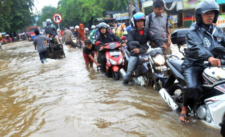 Image result for foto banjir di jalan raya