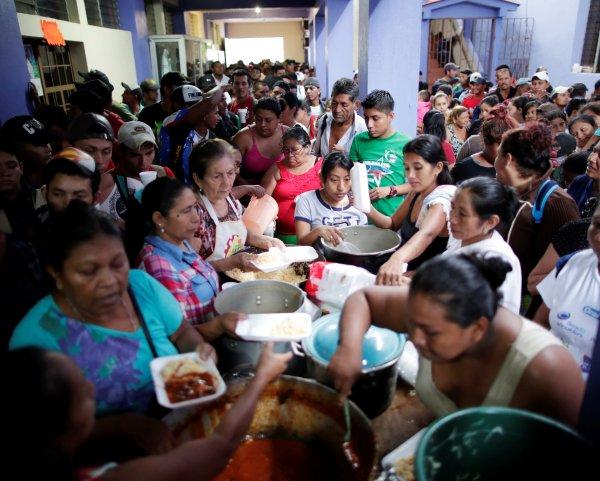 """Funcionarios del instituto de Migración de México estaban preparados para recibir en """"grupos pequeños"""" a los migrantes."""