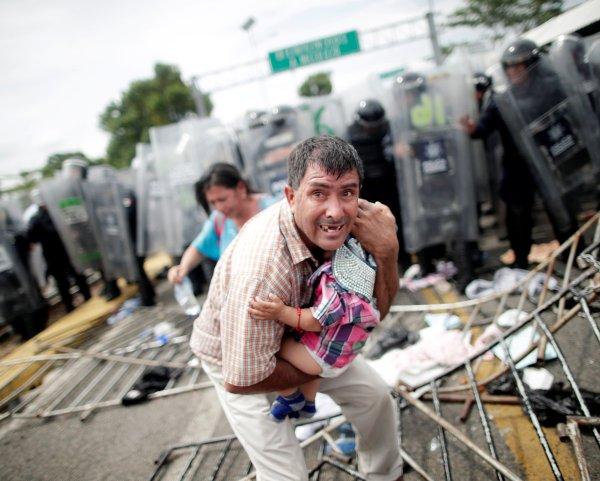 El cerco no ha desalentado a centenares de migrantes hondureños que quieren llegar a Estados Unidos y, a México, en menor grado, solamente con su carné de identidad.