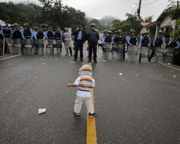 El secretario de Gobernación de México aseguró que los migrantes utilizan a mujeres y niños como carne de cañón.
