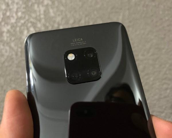 El Mate 20 Pro tiene acabados en cristal por ambos lados con pantalla curva de 6.3 pulgadas, un sensor de huella digital debajo del cristal y cámara triple.