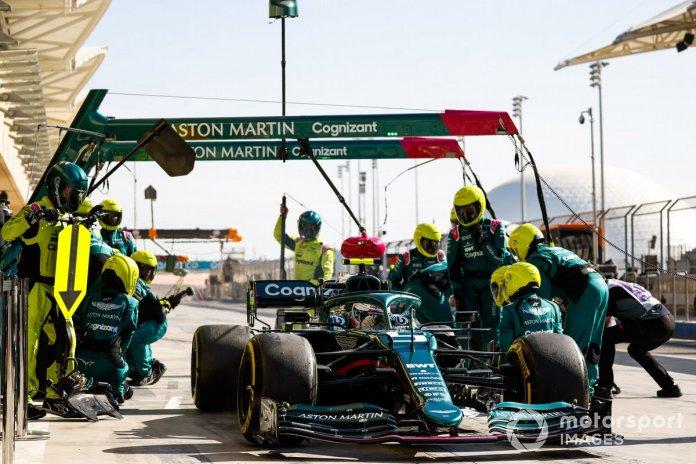 Sebastian Vettel, Aston Martin AMR21, tërhiqet pas një ndalje në gropë