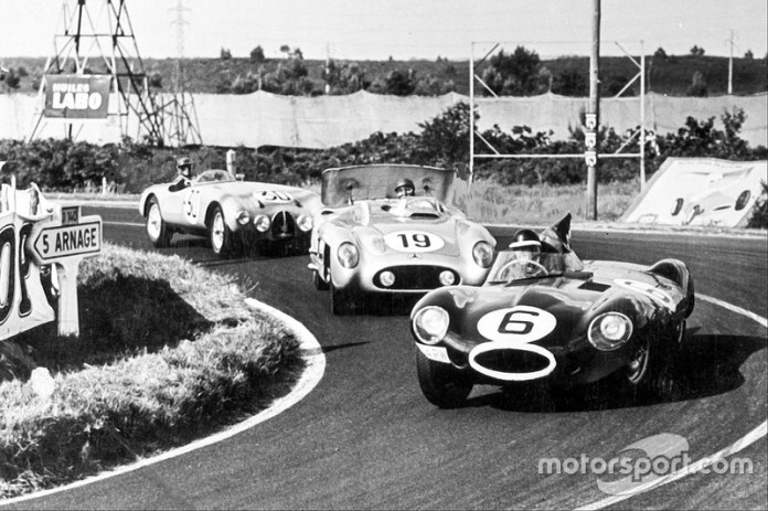MIke Hawthorn por delante de Juan Manuel Fangio, poco antes del trágico accidente que cambiaría el automovilismo mundial para siempre.