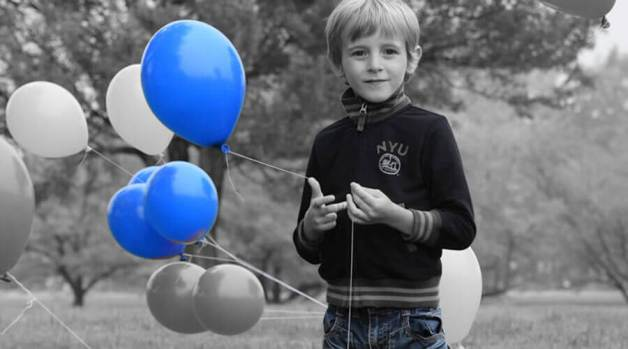 Special effects mode - selective color - showing a boy in monochrome and the selective color of blue
