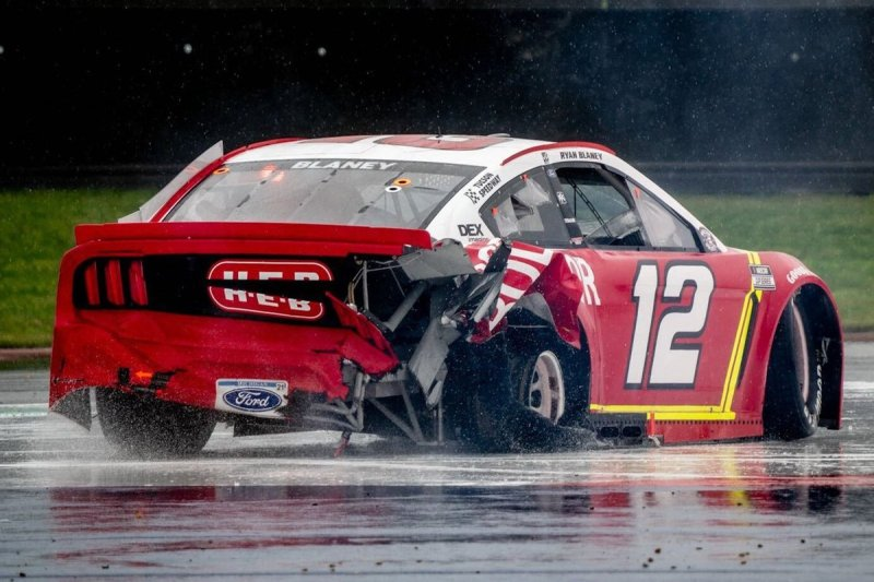 Ryan Blaney, Team Penske, Ford Mustang BodyArmor, crash
