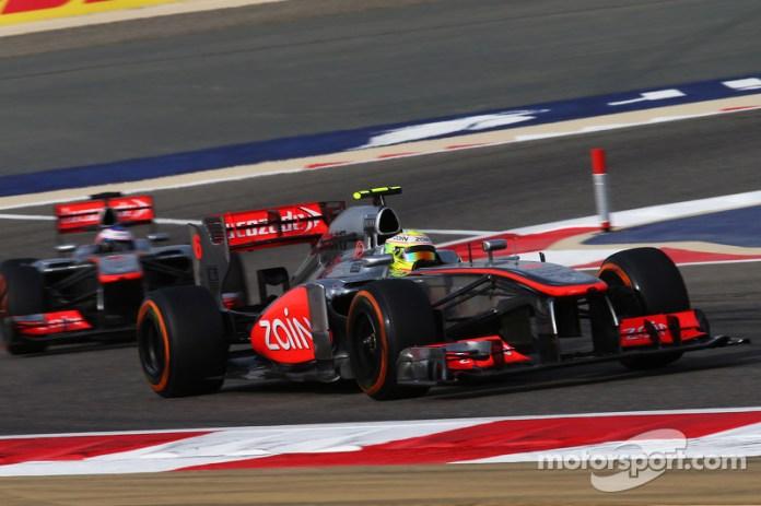 Sergio Pérez, delante de Jenson Button, su compañero en McLaren, durante el GP de Bahréin 2013.