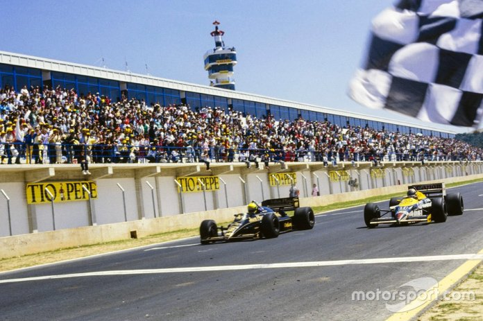 Ayrton Senna, Lotus Renault crosses the finishing line to win the race by 0.014s ahead of Nigel Mansell, Williams FW11