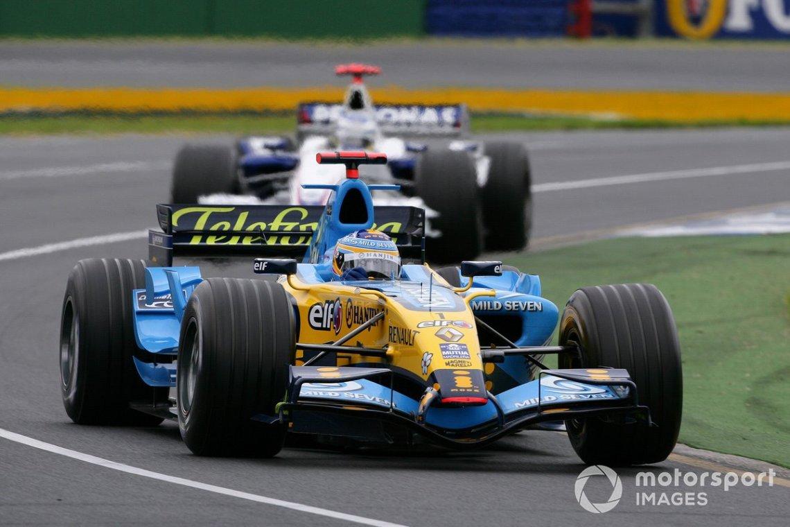 Fernando Alonso, Renault R26 leads Nick Heidfeld, BMW Sauber F1.06