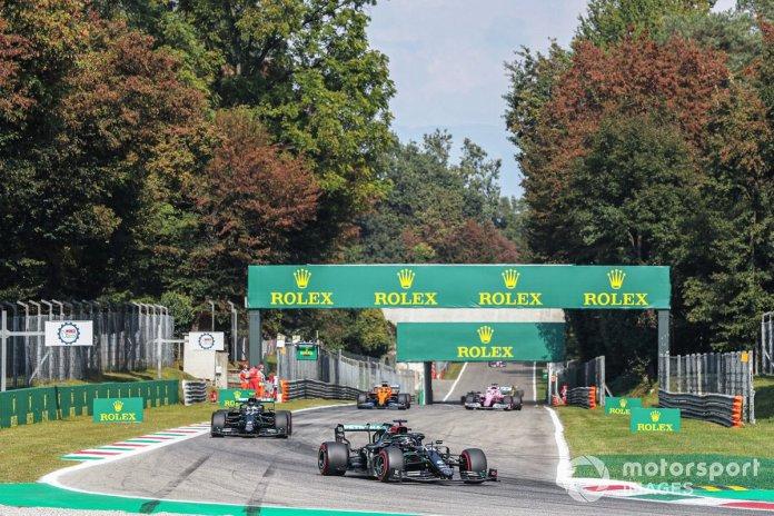 Lewis Hamilton, Mercedes F1 W11, Valtteri Bottas, Mercedes F1 W11, and Carlos Sainz Jr., McLaren MCL35, on the formation lap