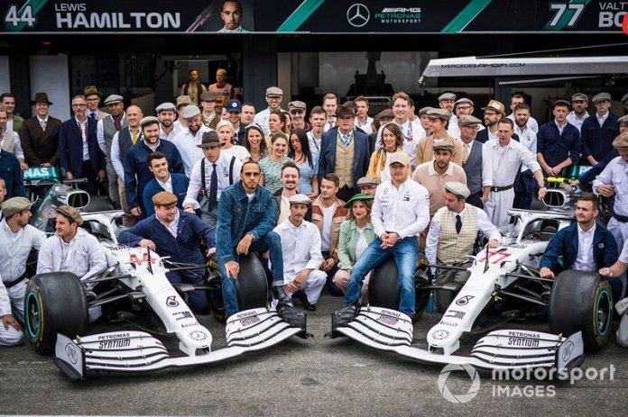 Lewis Hamilton, Mercedes AMG F1, Toto Wolff, Mercedes AMG, Esteban Ocon, Mercedes AMG F1, Valtteri Bottas, Mercedes AMG F1 y Esteban Gutierrez, Mercedes AMG F1 en la foto de grupo del 125º aniversario