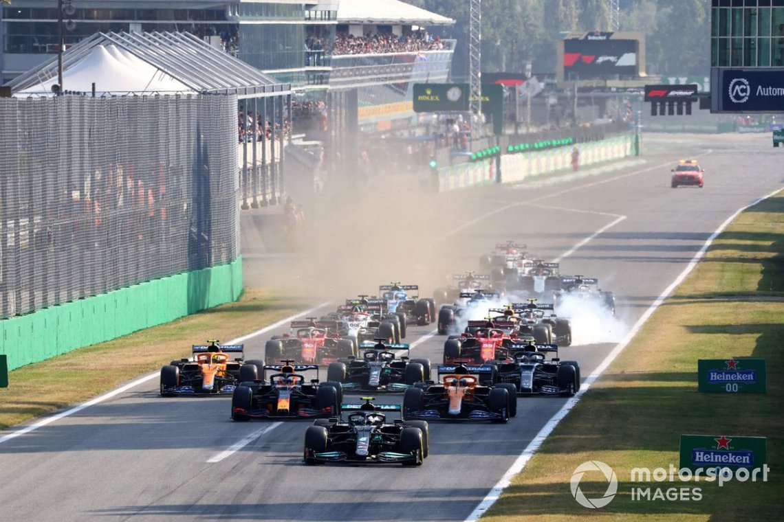 Valtteri Bottas, Mercedes W12, Max Verstappen, Red Bull Racing RB16B, Daniel Ricciardo, McLaren MCL35M, Lando Norris, McLaren MCL35M, Lewis Hamilton, Mercedes W12, Pierre Gasly, AlphaTauri AT02, and the rest of the field at the start