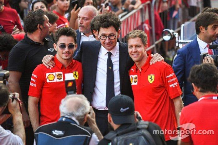 Mattia Binotto con sus dos pilotos, Charles Leclerc y Sebastian Vettel.