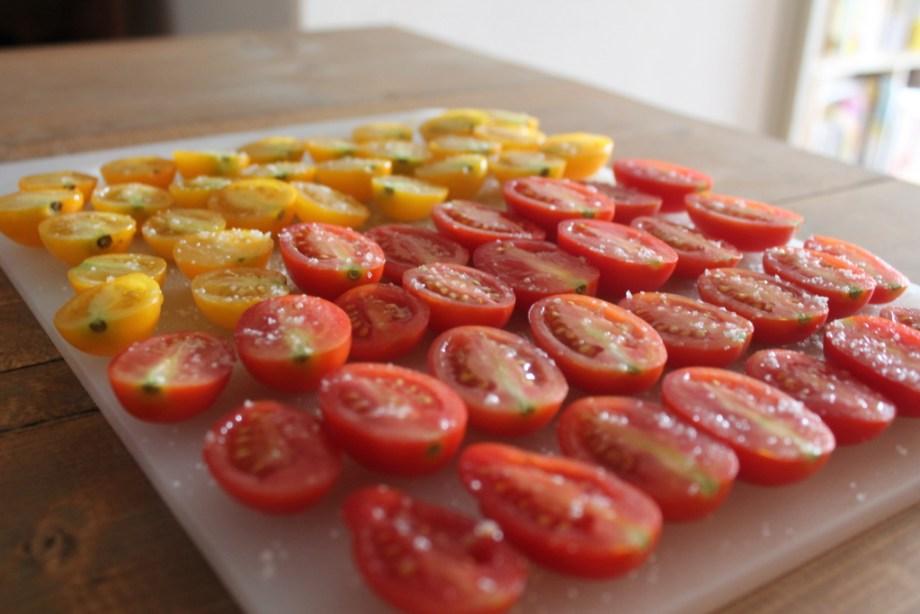 ドライトマトにするためにトマトに塩をふりかける