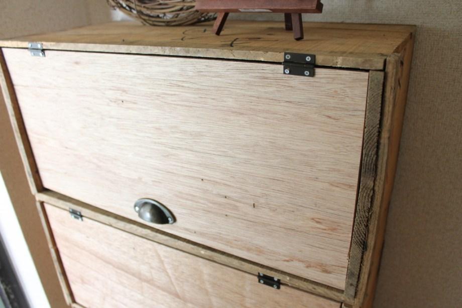 りんご箱にベニヤを付けた下駄箱の完成品