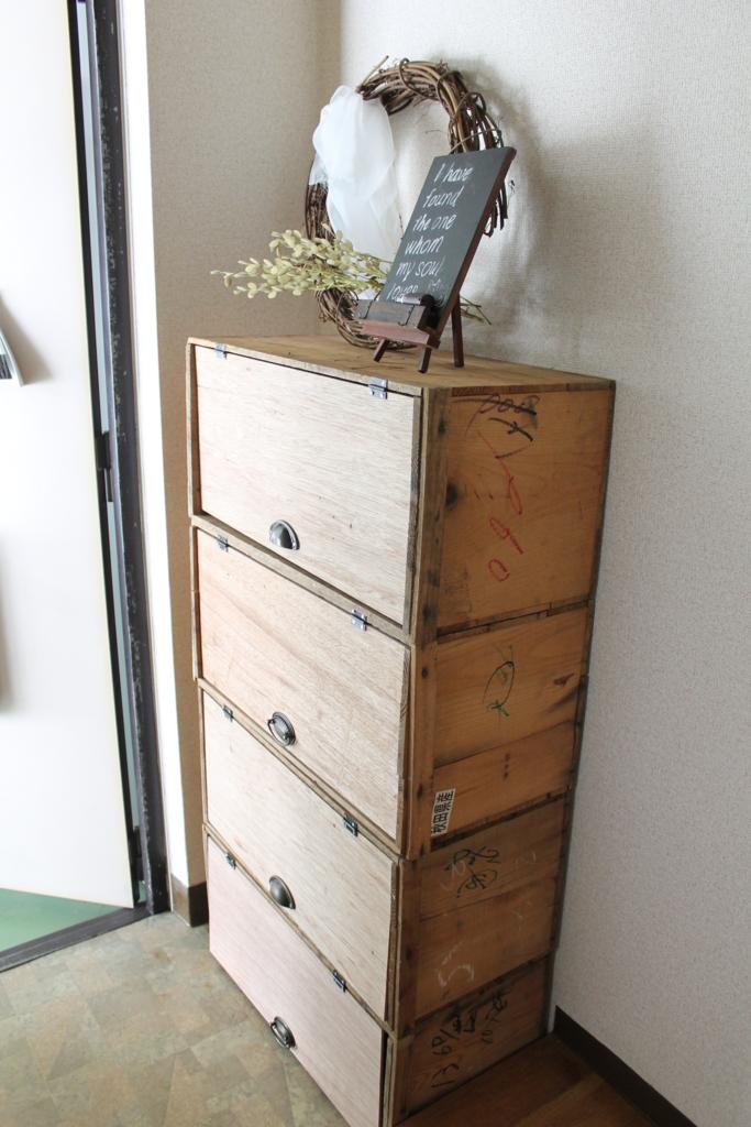 りんご箱にパタパタ扉を付けた下駄箱の側面