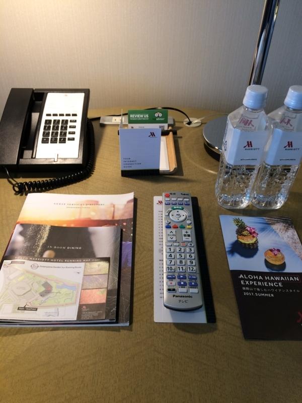 東京マリオットホテルのデラックスツインルームのサイドテーブルにある水