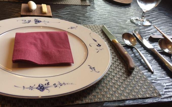 太宰府のフレンチレストランであるエッサンスの皿とカトラリーセット