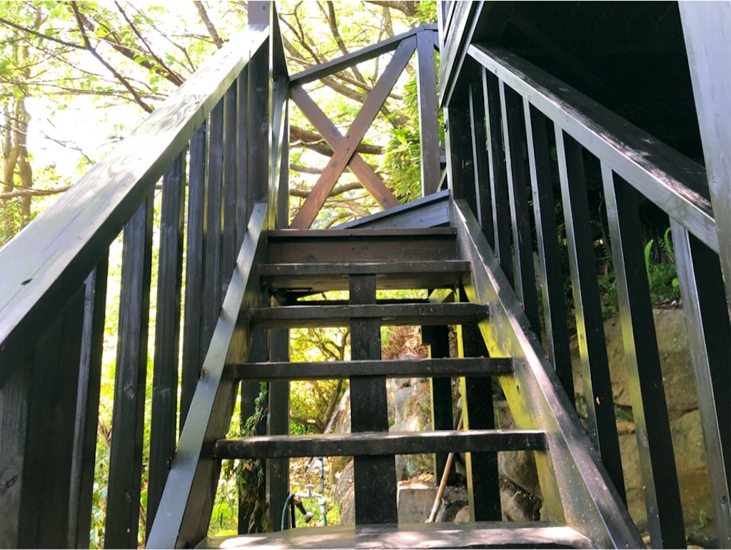 風の彩入り口近くの階段は急