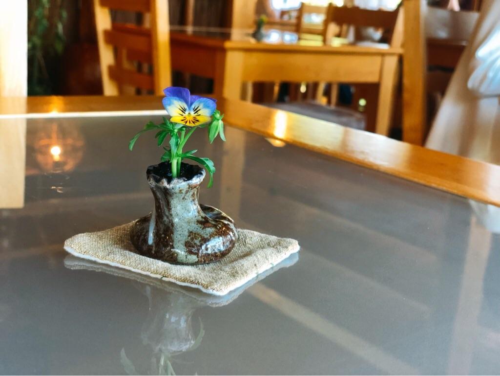 風の彩のテーブルに飾られたお花